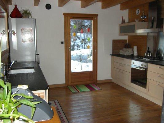 Le séjour et la cuisine disposent de 3 grandes ouvertures exposées ...