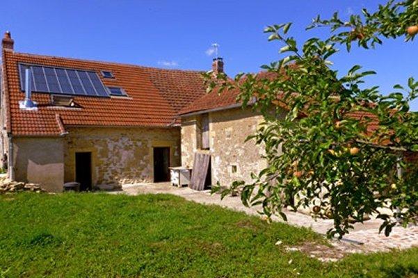 Voici située dans la campagne bourguignonne une ancienne bergerie de 1850 rénovée avec bon sens